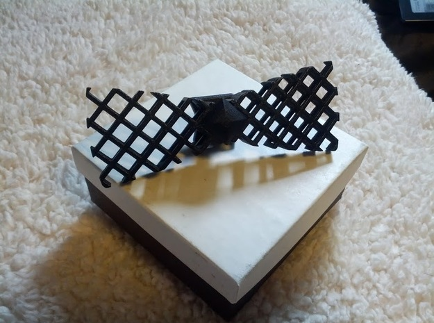 Spinning bow tie - big hatch pattern 3d printed