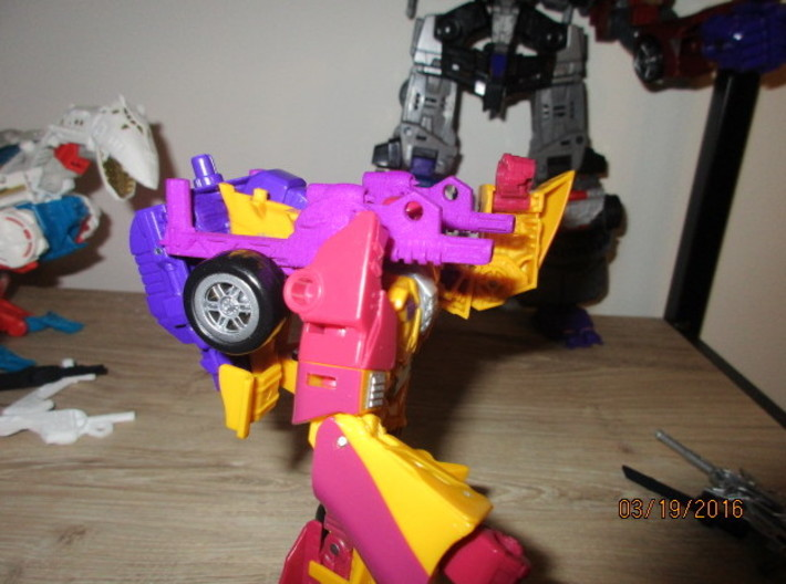 Menasor Brace Cannons 3d printed The 'thumb' of the backpack nests into Dragstrip's vehicle front assembly