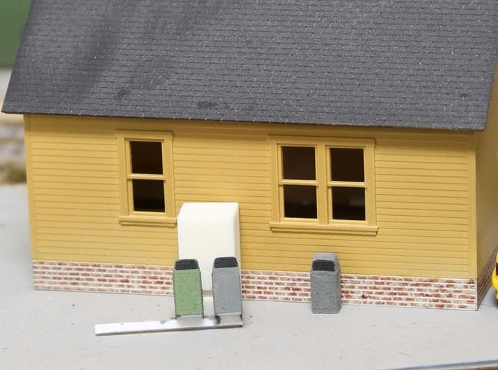 HO Scale Urban / Park Trash Cans- set of 4 3d printed 2 still on sprue, one cut away