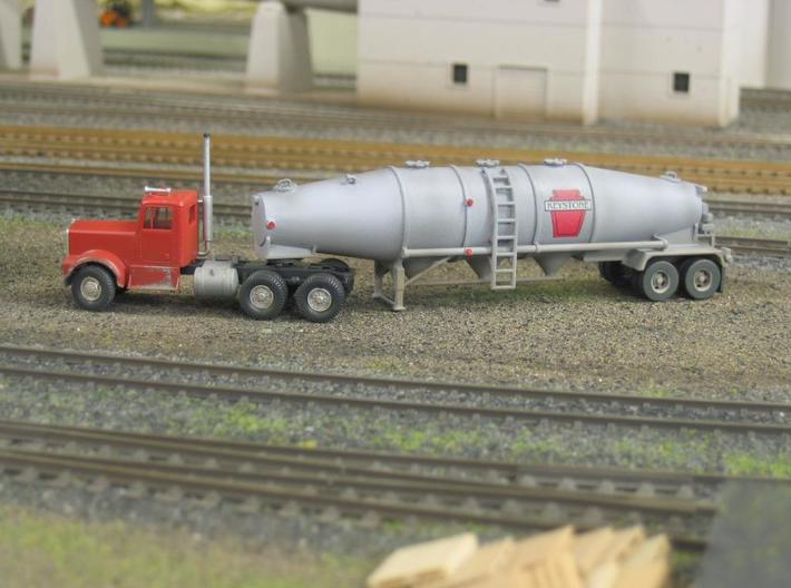 HO 1/87 Dry Bulk Trailer 16 Fruehauf 3d printed Note the photo is of the 'extra-hatches' version. My own model with Athearn cab. I produced the decals myself. The lights are jewels.