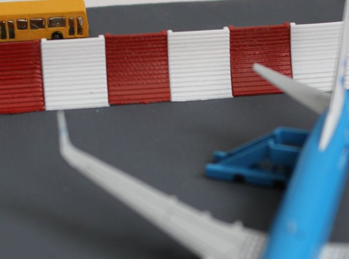 1:400 Blast Fence 12pc 3d printed Painted blast fences behind a 737